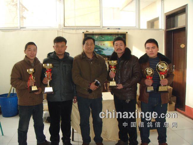 河南省鸽会副秘书长裁判委员会主任刘喜安先生与获奖鸽友合影
